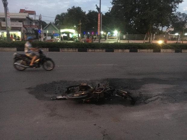 Xe máy bốc cháy ngùn ngụt khi tông nhau trực diện, 2 người bị thương nặng-2