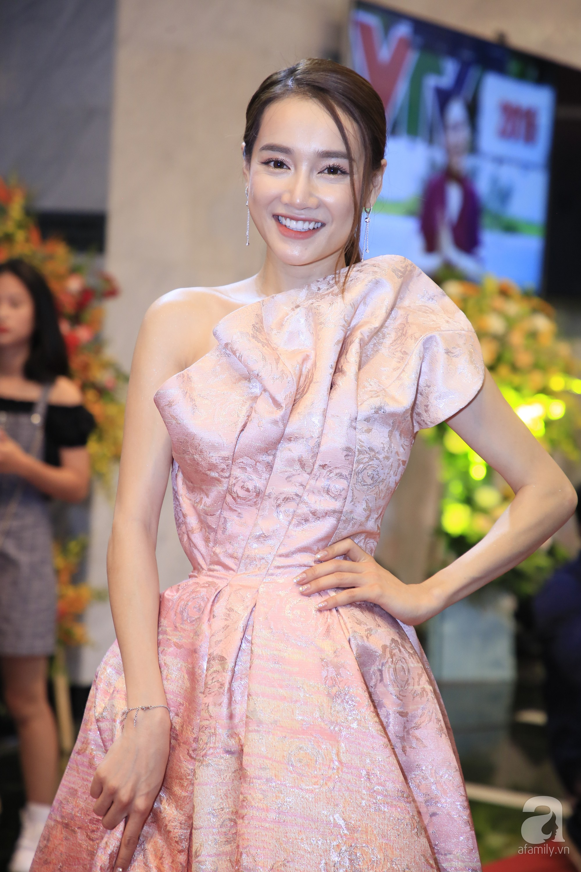 Hết hồn với gương mặt bóng nhẫy, lỗi mốt của loạt mỹ nhân Việt trên thảm đỏ VTV Awards 2019-5