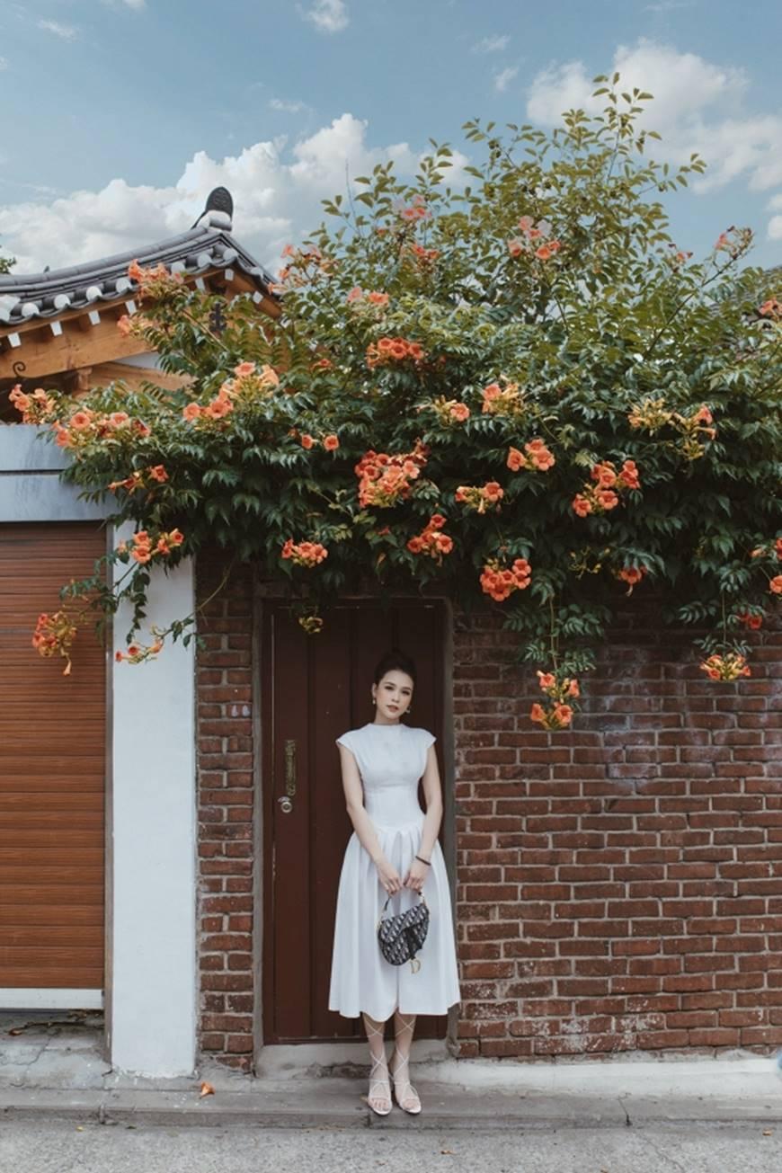 Diện váy trắng yêu kiều và sang chảnh, Sam dạo chơi trên đường phố Hàn Quốc khiến ai cũng ngoái nhìn-1