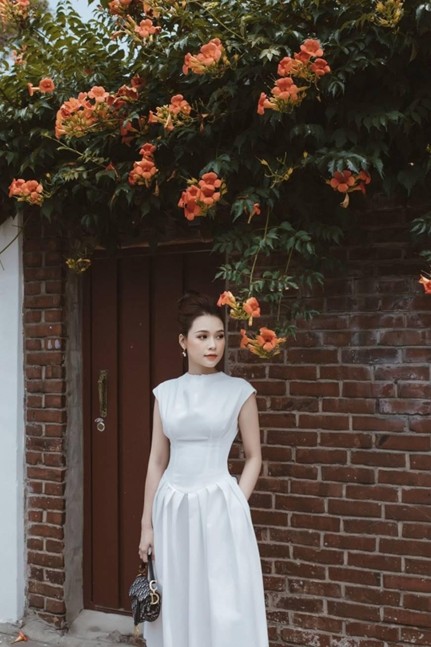 Diện váy trắng yêu kiều và sang chảnh, Sam dạo chơi trên đường phố Hàn Quốc khiến ai cũng ngoái nhìn-2