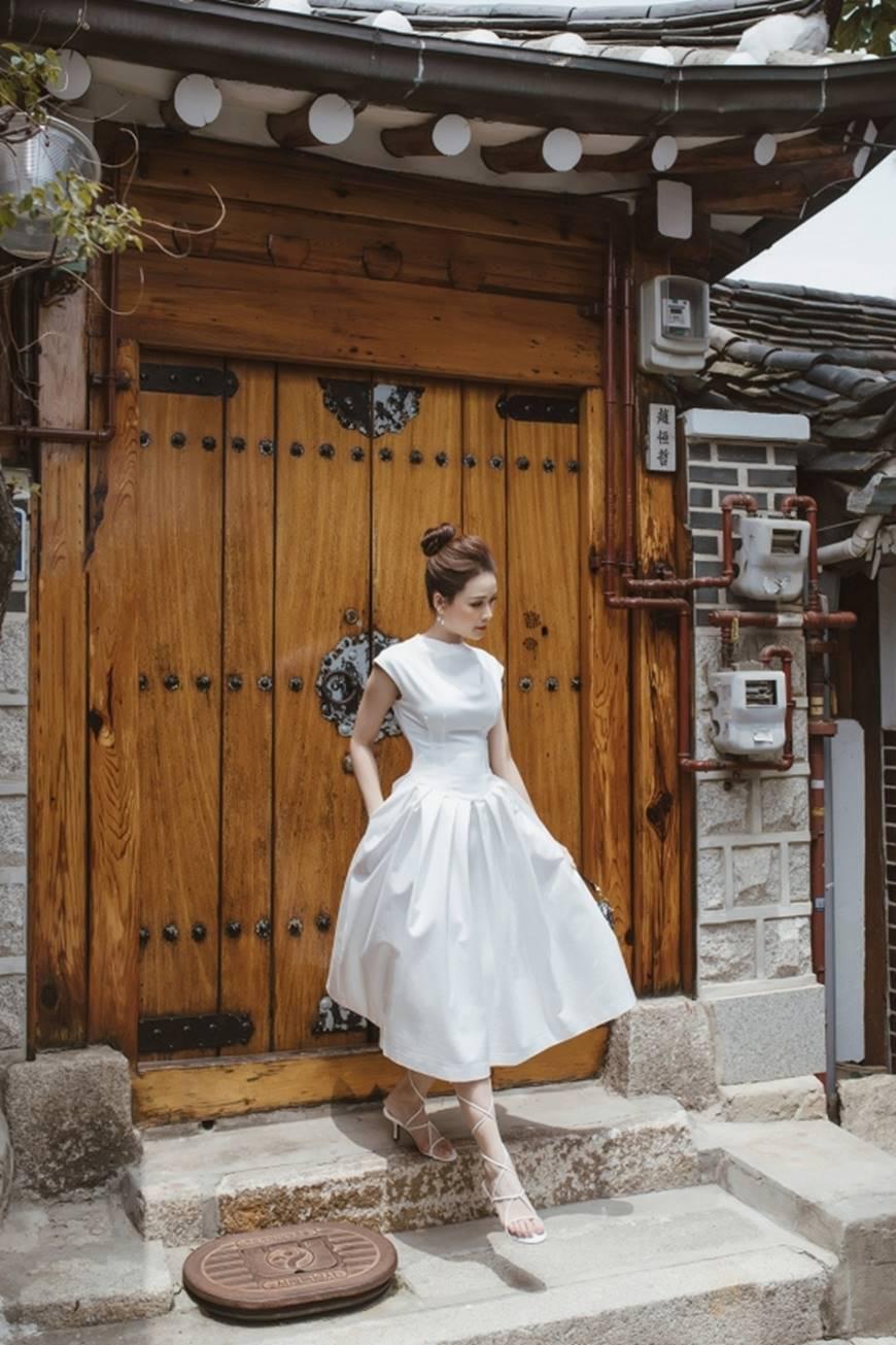 Diện váy trắng yêu kiều và sang chảnh, Sam dạo chơi trên đường phố Hàn Quốc khiến ai cũng ngoái nhìn-3