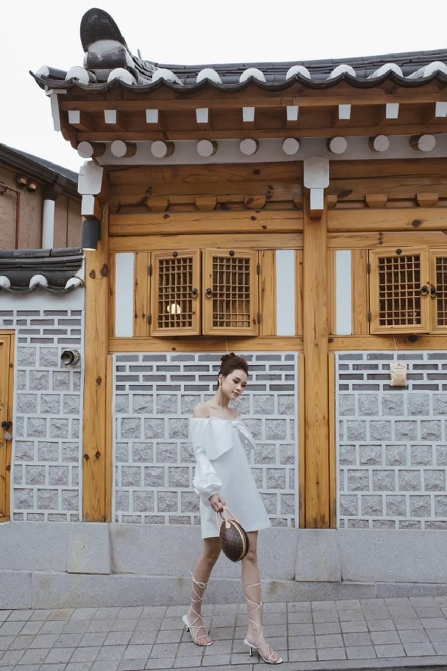 Diện váy trắng yêu kiều và sang chảnh, Sam dạo chơi trên đường phố Hàn Quốc khiến ai cũng ngoái nhìn-4