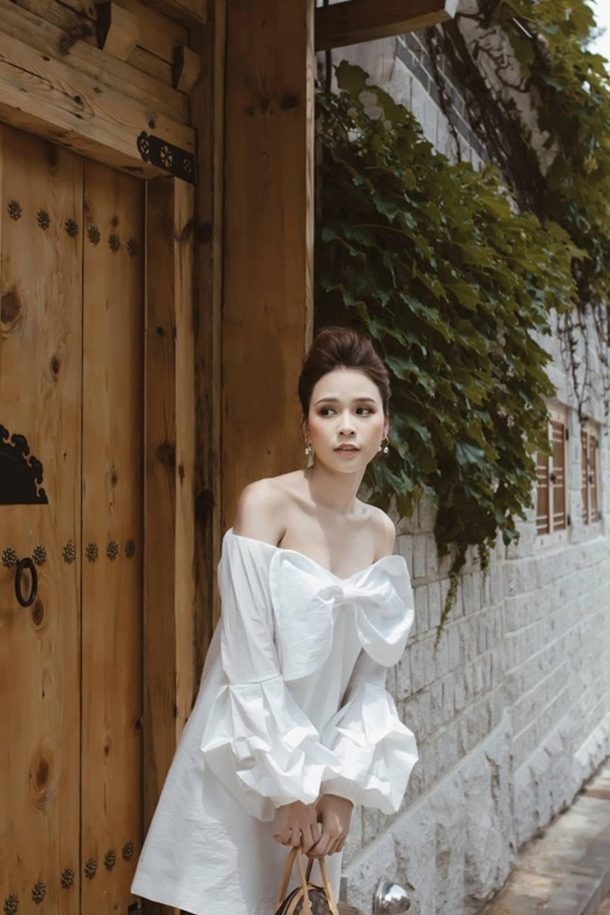 Diện váy trắng yêu kiều và sang chảnh, Sam dạo chơi trên đường phố Hàn Quốc khiến ai cũng ngoái nhìn-6