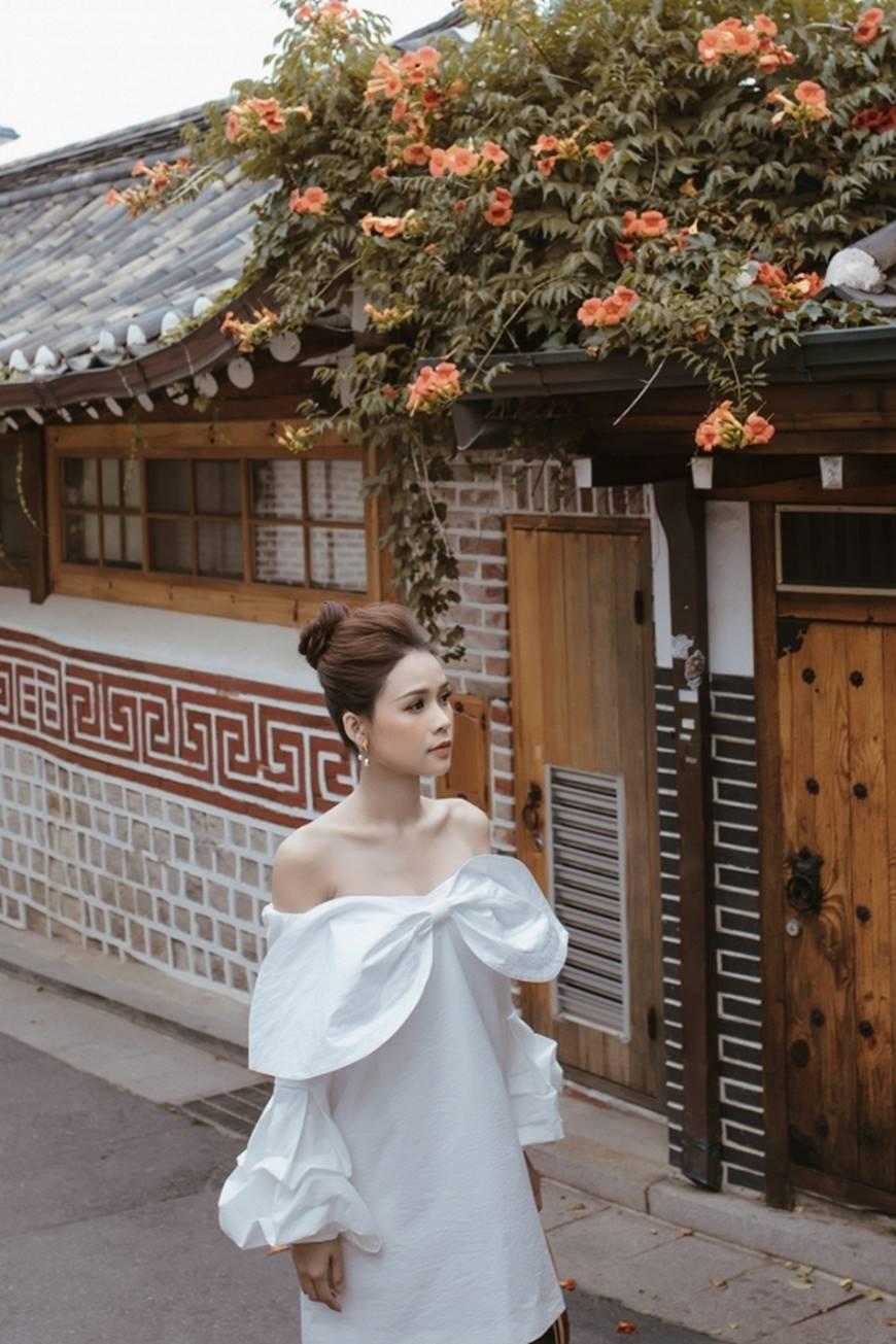 Diện váy trắng yêu kiều và sang chảnh, Sam dạo chơi trên đường phố Hàn Quốc khiến ai cũng ngoái nhìn-8