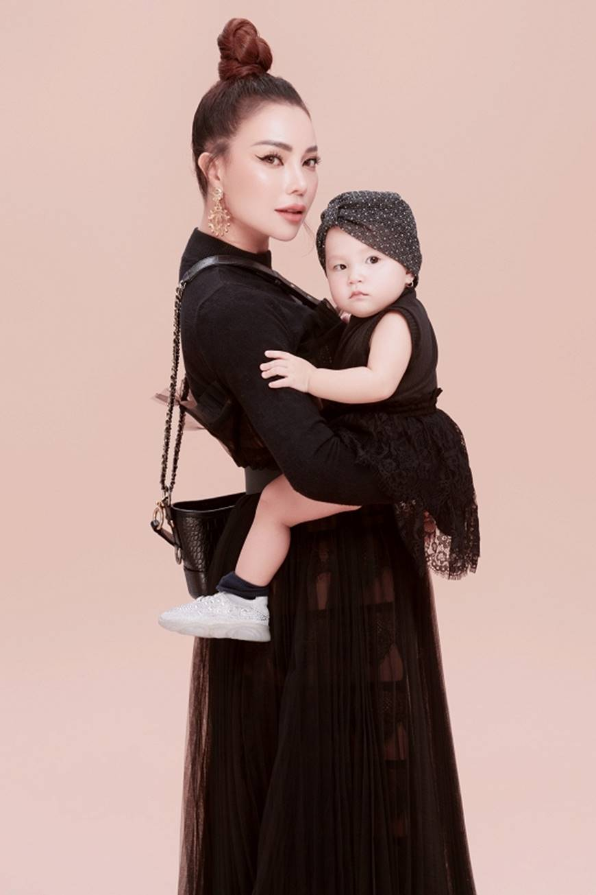 Trà Ngọc Hằng tung bộ ảnh cùng con gái 1 tuổi xứng danh mẹ con thời trang của showbiz-1