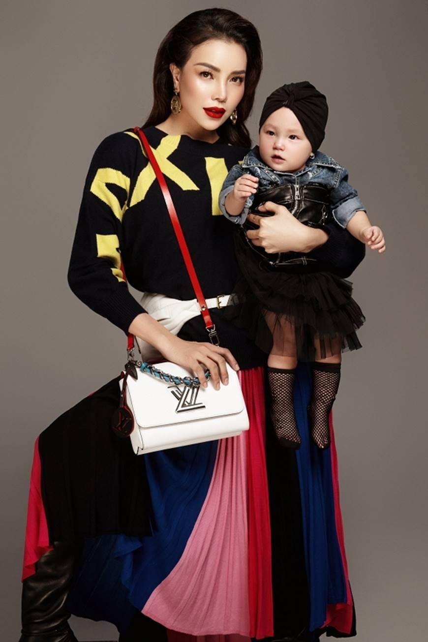 Trà Ngọc Hằng tung bộ ảnh cùng con gái 1 tuổi xứng danh mẹ con thời trang của showbiz-11