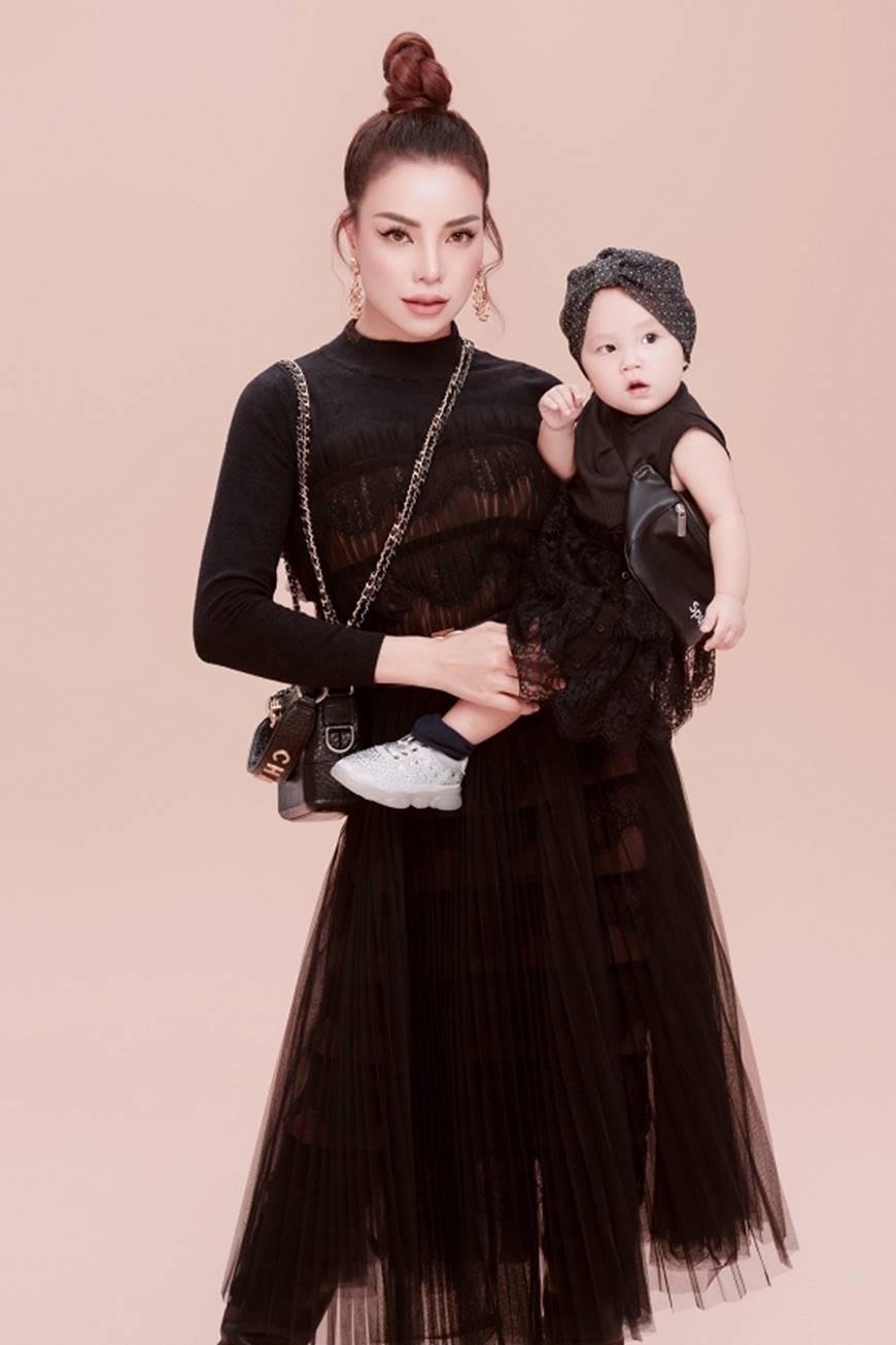 Trà Ngọc Hằng tung bộ ảnh cùng con gái 1 tuổi xứng danh mẹ con thời trang của showbiz-12
