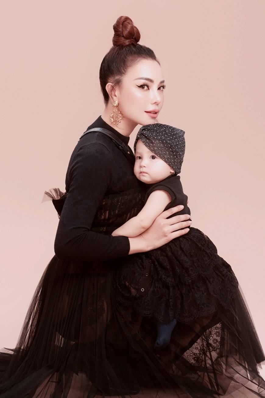 Trà Ngọc Hằng tung bộ ảnh cùng con gái 1 tuổi xứng danh mẹ con thời trang của showbiz-2