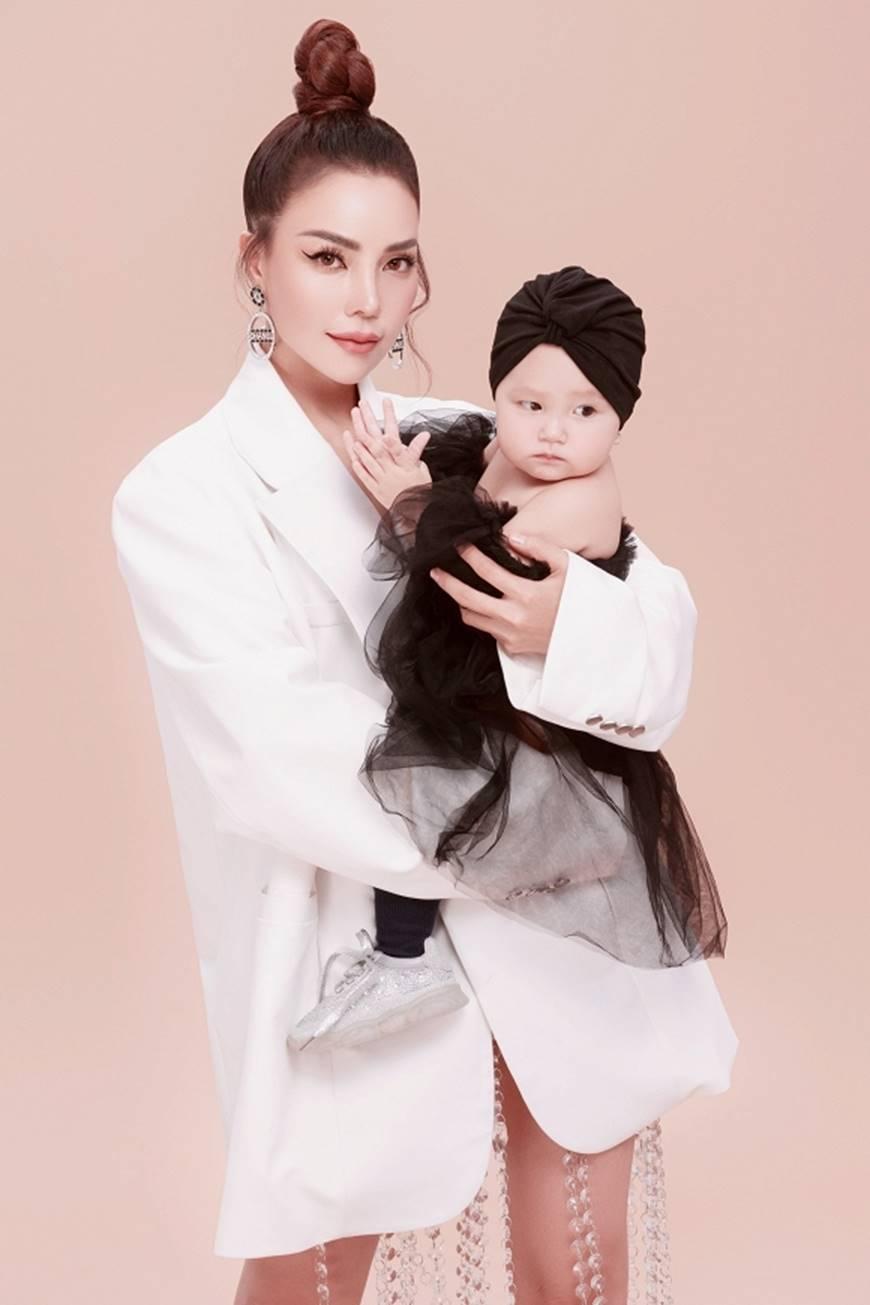 Trà Ngọc Hằng tung bộ ảnh cùng con gái 1 tuổi xứng danh mẹ con thời trang của showbiz-4