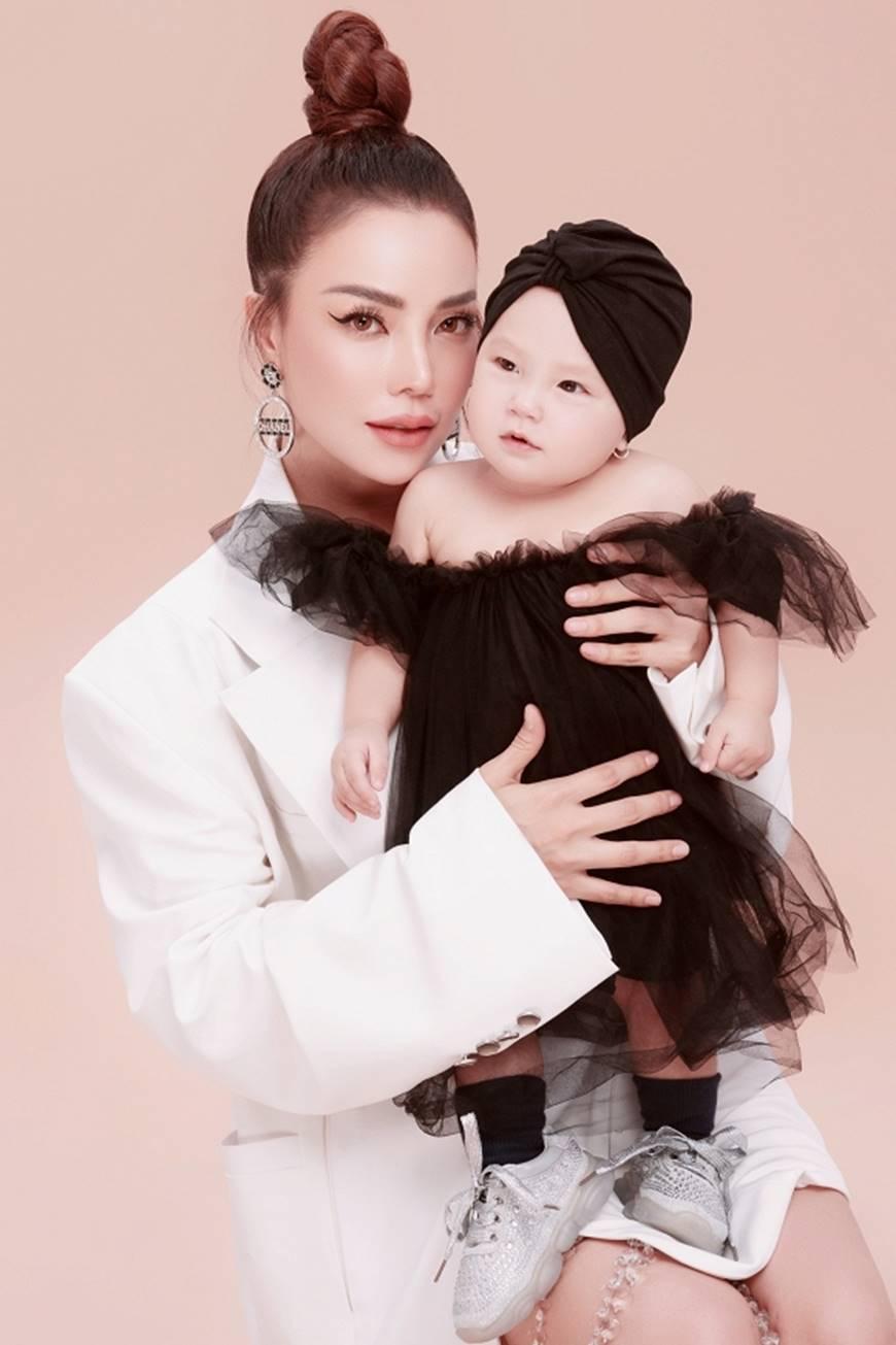 Trà Ngọc Hằng tung bộ ảnh cùng con gái 1 tuổi xứng danh mẹ con thời trang của showbiz-5