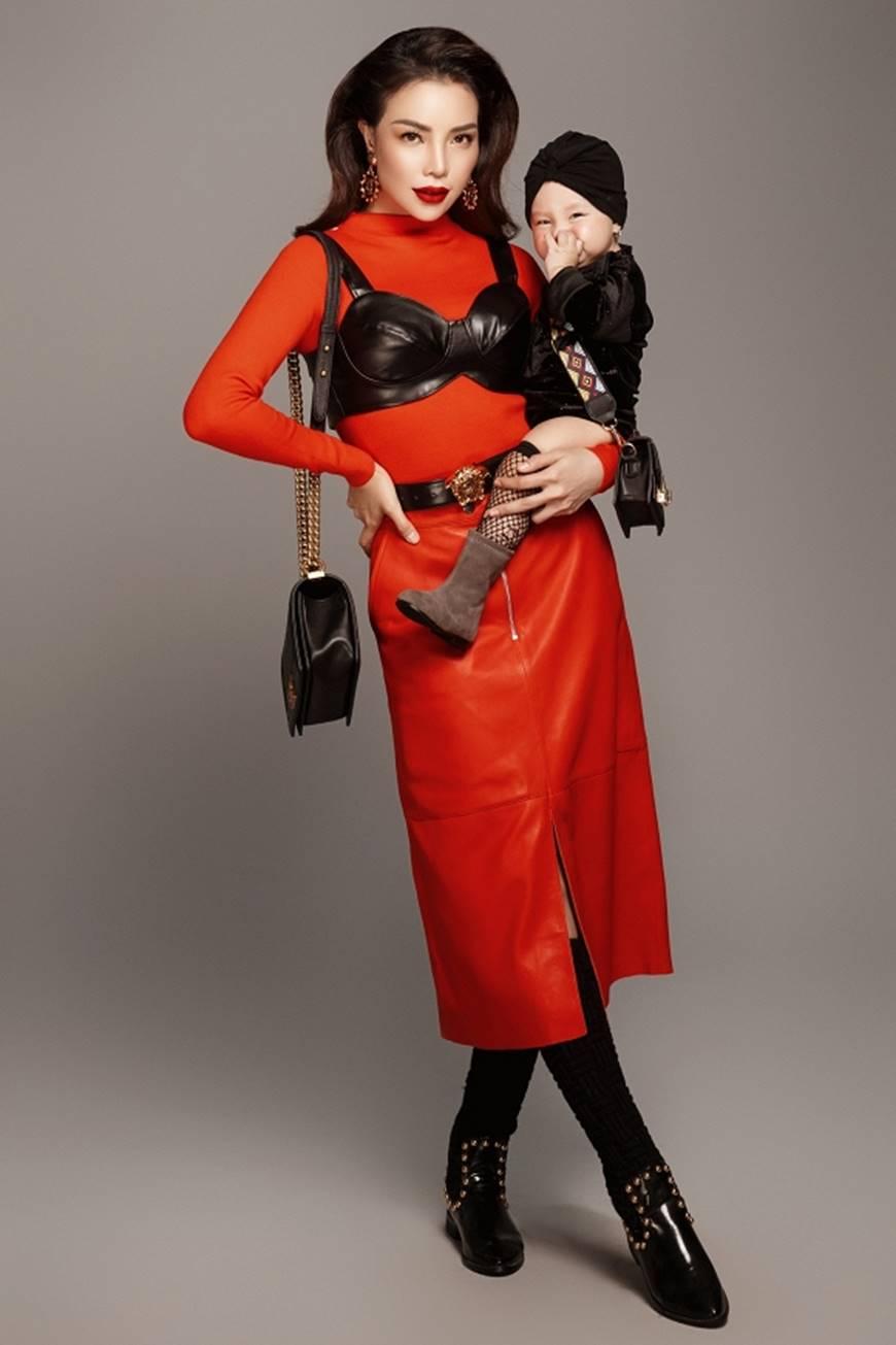 Trà Ngọc Hằng tung bộ ảnh cùng con gái 1 tuổi xứng danh mẹ con thời trang của showbiz-7