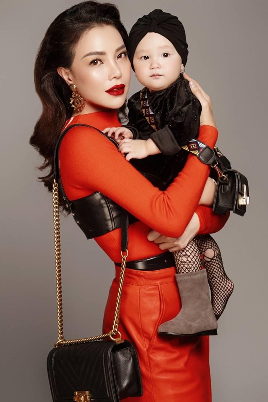 Trà Ngọc Hằng tung bộ ảnh cùng con gái 1 tuổi xứng danh mẹ con thời trang của showbiz-9