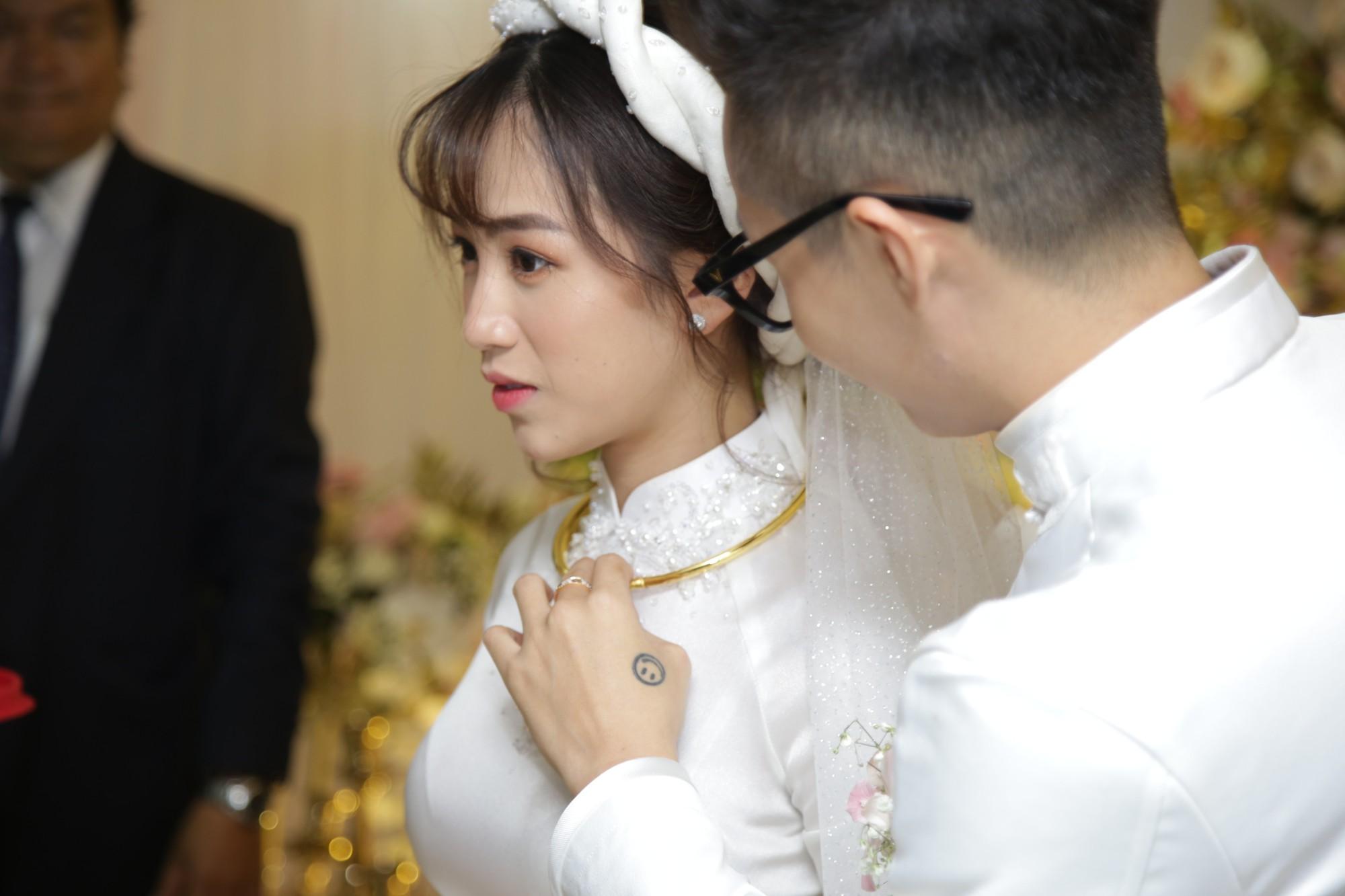 HOT: Toàn cảnh lễ đưa dâu toàn siêu xe hơn 100 tỷ của con gái đại gia Minh Nhựa, quà cưới toàn vàng, kim cương đeo đỏ tay-28