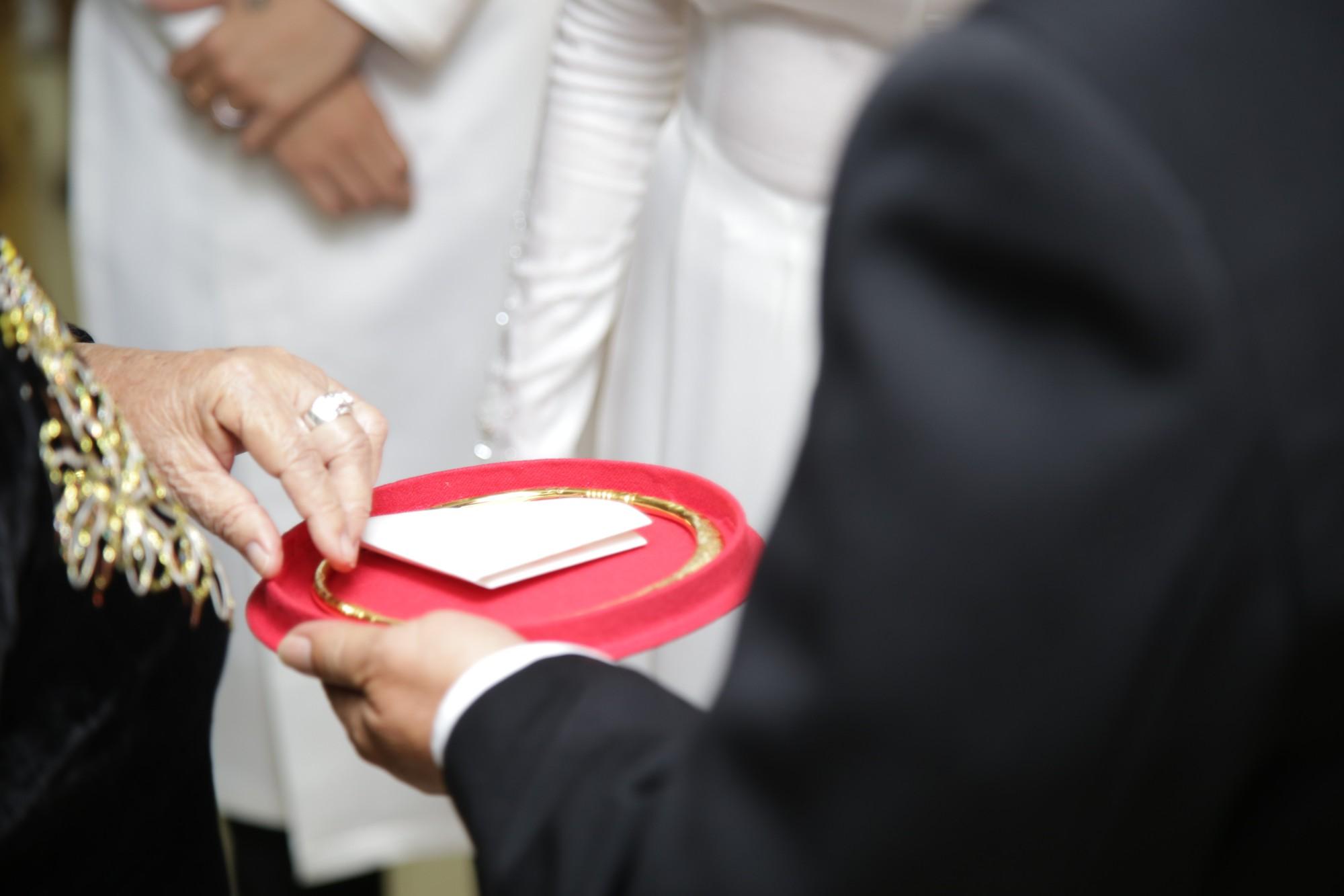 HOT: Toàn cảnh lễ đưa dâu toàn siêu xe hơn 100 tỷ của con gái đại gia Minh Nhựa, quà cưới toàn vàng, kim cương đeo đỏ tay-26