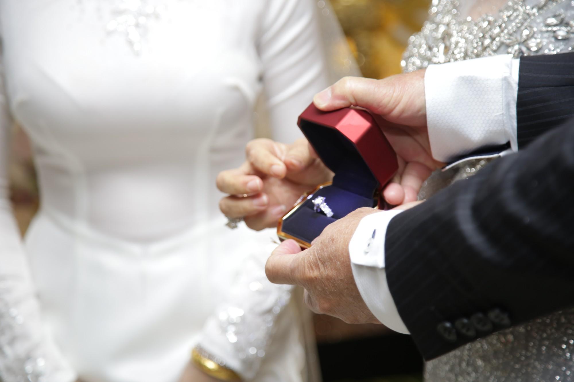 HOT: Toàn cảnh lễ đưa dâu toàn siêu xe hơn 100 tỷ của con gái đại gia Minh Nhựa, quà cưới toàn vàng, kim cương đeo đỏ tay-25