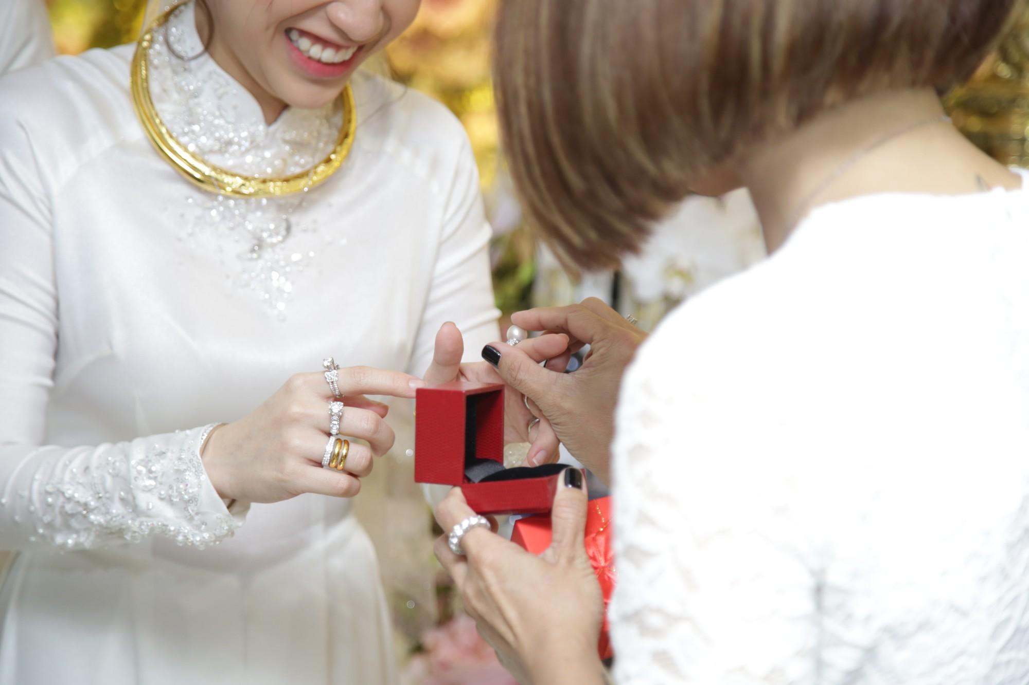 HOT: Toàn cảnh lễ đưa dâu toàn siêu xe hơn 100 tỷ của con gái đại gia Minh Nhựa, quà cưới toàn vàng, kim cương đeo đỏ tay-23