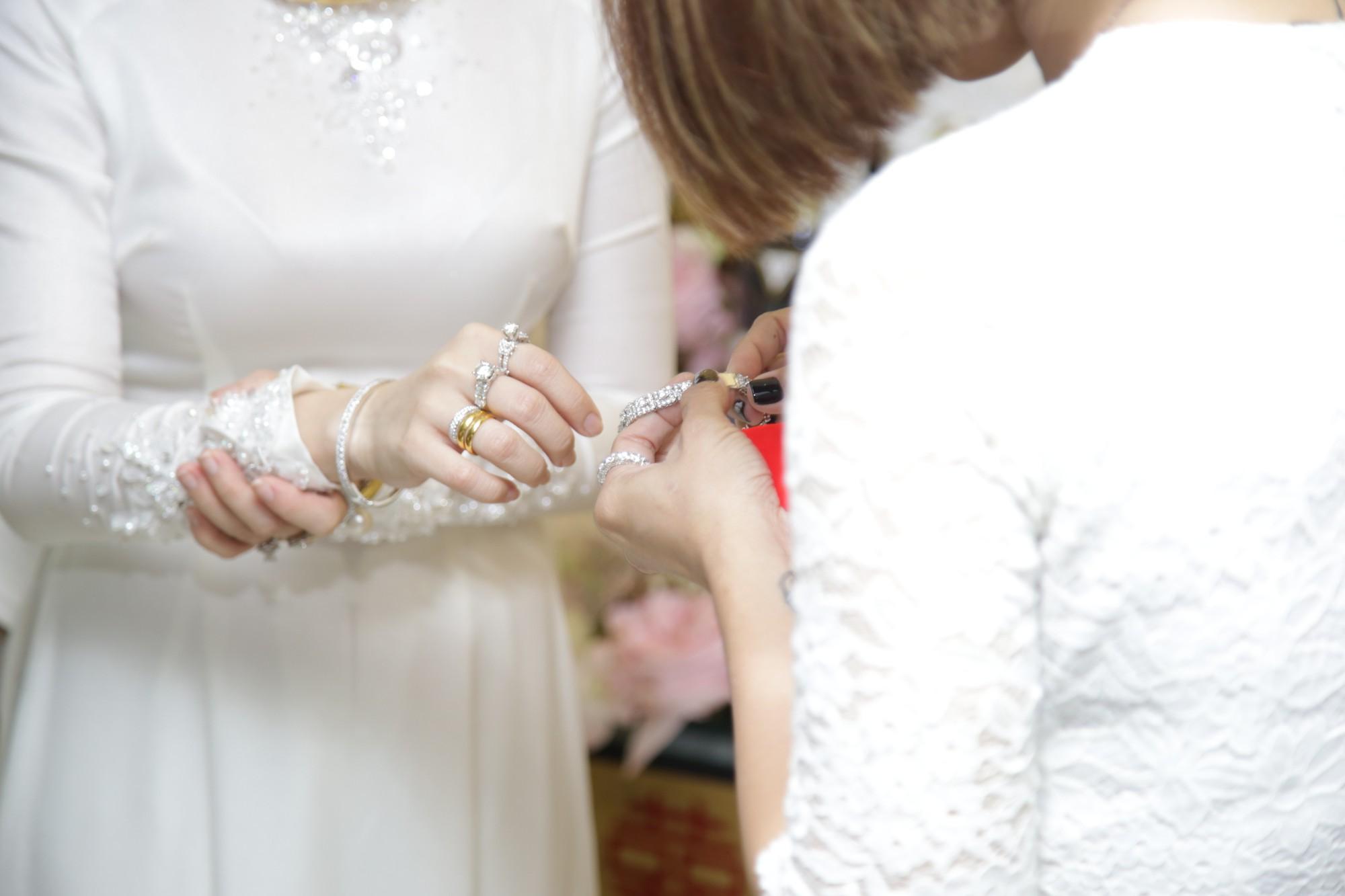 HOT: Toàn cảnh lễ đưa dâu toàn siêu xe hơn 100 tỷ của con gái đại gia Minh Nhựa, quà cưới toàn vàng, kim cương đeo đỏ tay-22