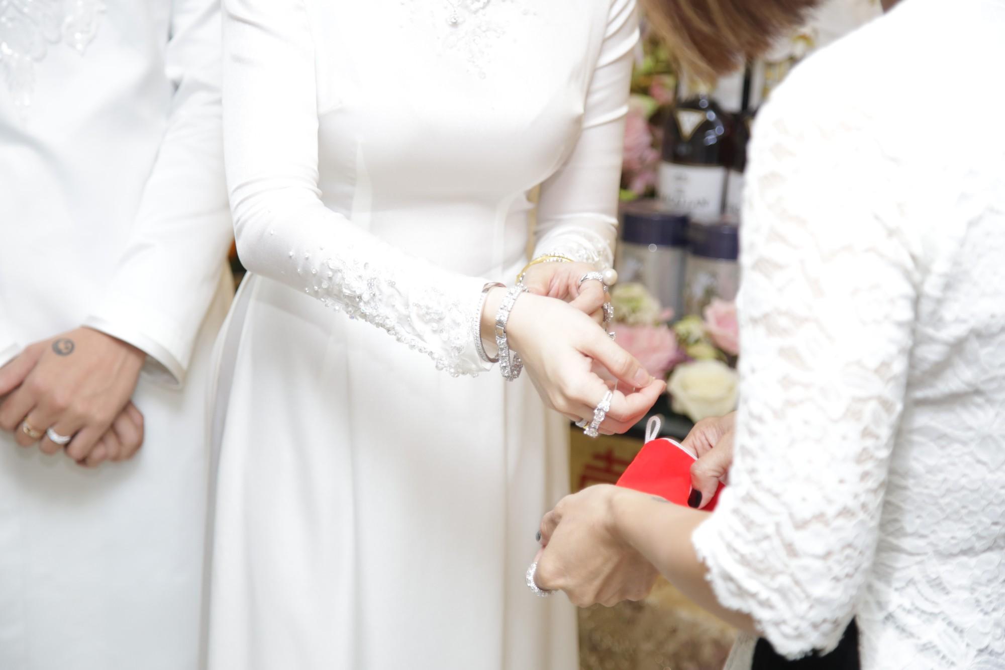 HOT: Toàn cảnh lễ đưa dâu toàn siêu xe hơn 100 tỷ của con gái đại gia Minh Nhựa, quà cưới toàn vàng, kim cương đeo đỏ tay-21