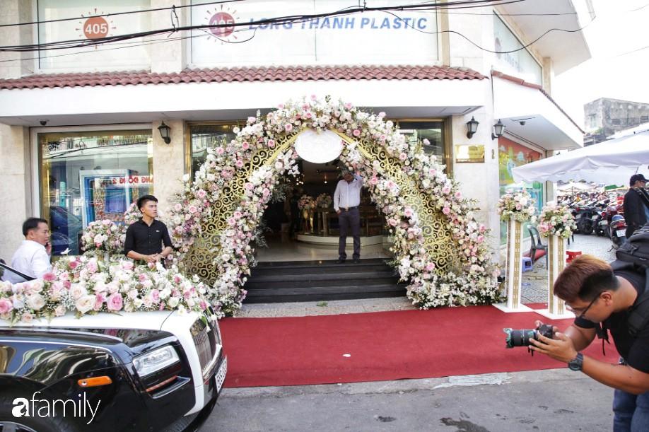HOT: Toàn cảnh lễ đưa dâu toàn siêu xe hơn 100 tỷ của con gái đại gia Minh Nhựa, quà cưới toàn vàng, kim cương đeo đỏ tay-4