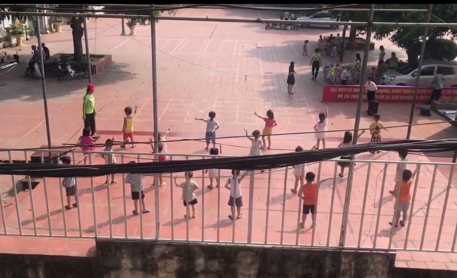 Sự thật clip giữa trời nắng oi ả cô giáo cho học sinh mầm non ra sân tập nhảy-1