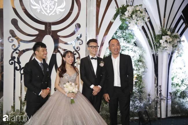 Dàn khách mời cực khủng với Trấn Thành làm MC, đại gia Phan Thành, Ưng Hoàng Phúc,... đều đến chúc mừng ái nữ Minh Nhựa-8