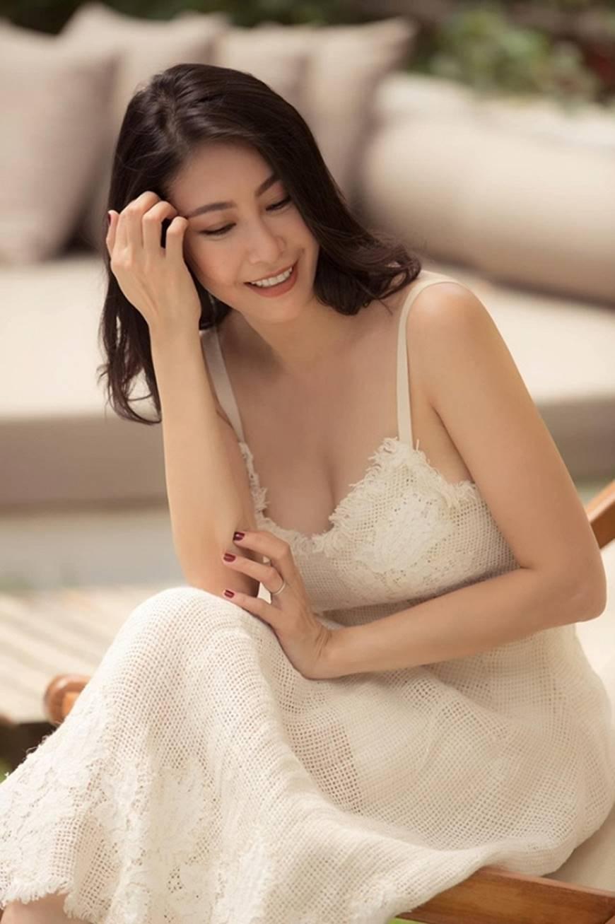 Hoa hậu Hà Kiều Anh chào đón ngày mới với loạt hình gam trắng ngọt ngào-10