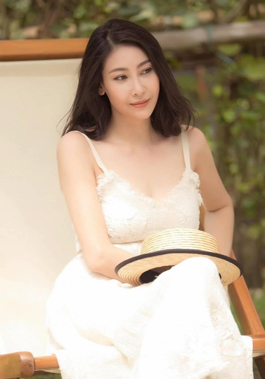 Hoa hậu Hà Kiều Anh chào đón ngày mới với loạt hình gam trắng ngọt ngào-11