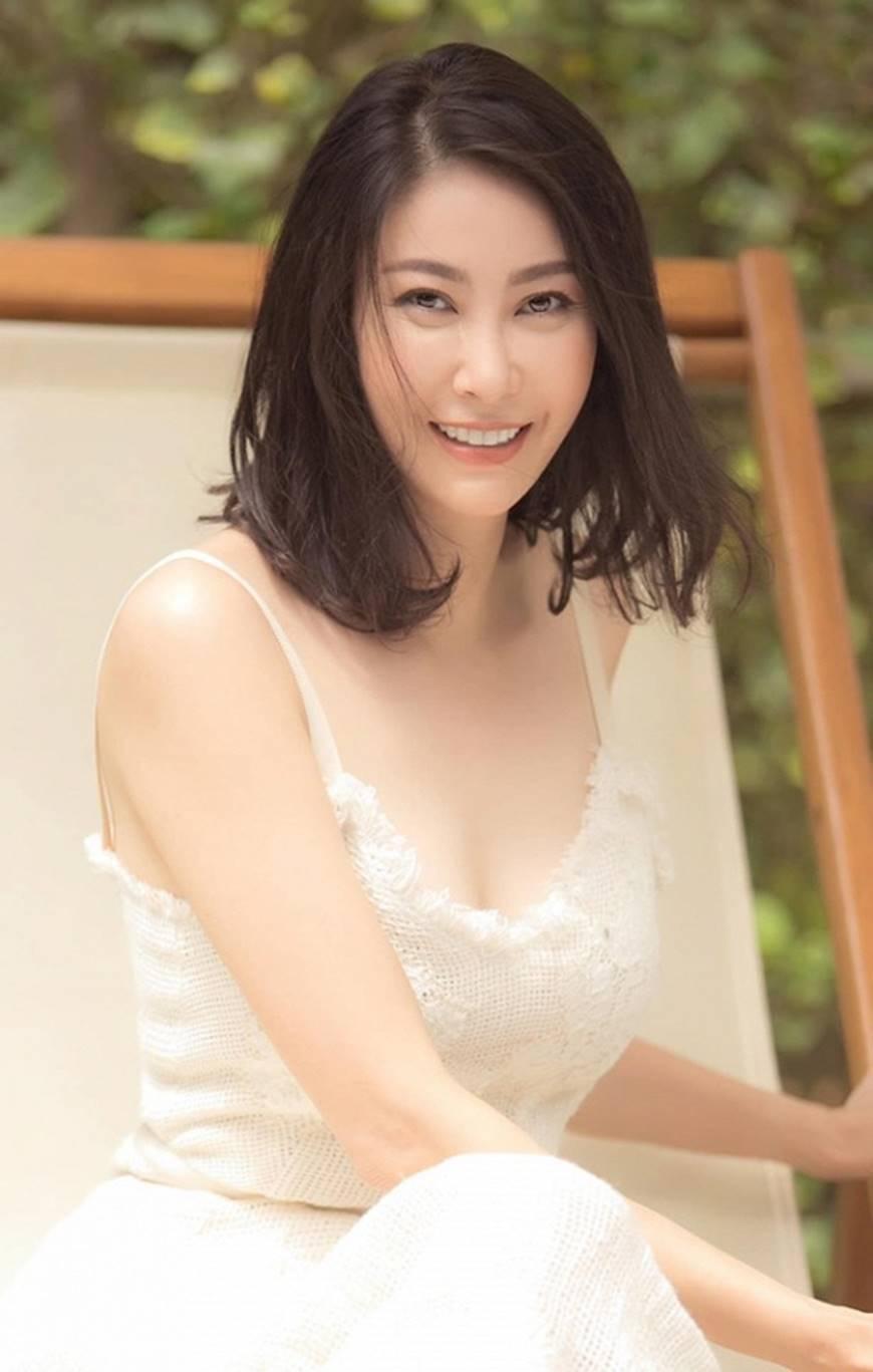 Hoa hậu Hà Kiều Anh chào đón ngày mới với loạt hình gam trắng ngọt ngào-4