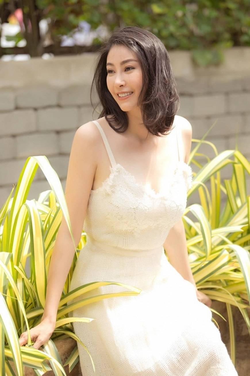 Hoa hậu Hà Kiều Anh chào đón ngày mới với loạt hình gam trắng ngọt ngào-6