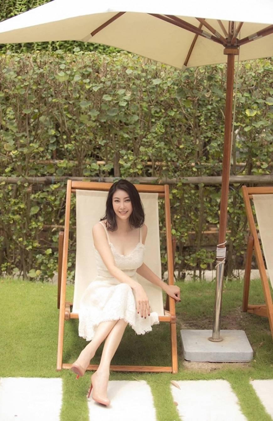 Hoa hậu Hà Kiều Anh chào đón ngày mới với loạt hình gam trắng ngọt ngào-7
