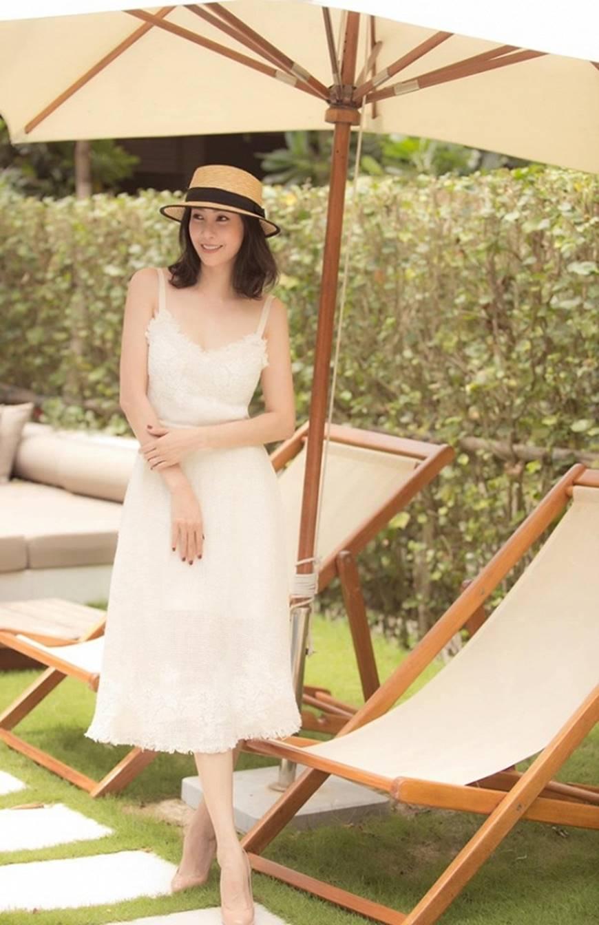 Hoa hậu Hà Kiều Anh chào đón ngày mới với loạt hình gam trắng ngọt ngào-9