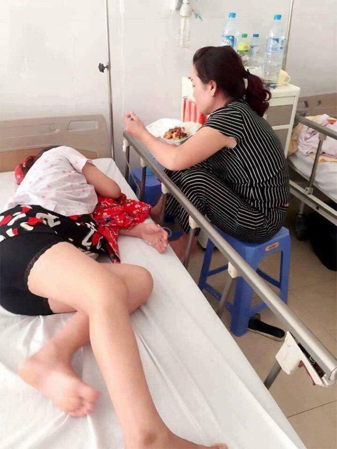 Bức ảnh mẹ chồng chăm con dâu trong viện cùng lời tâm sự khiến MXH dậy sóng-1