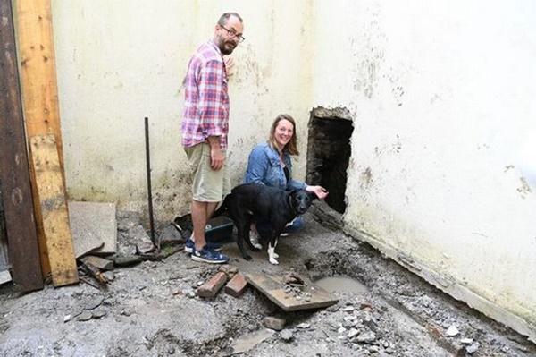 Đào vườn sửa nhà, cặp vợ chồng phát hiện điều lạ gây choáng váng bên dưới nền-1
