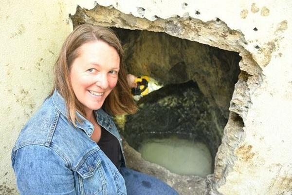 Đào vườn sửa nhà, cặp vợ chồng phát hiện điều lạ gây choáng váng bên dưới nền-2