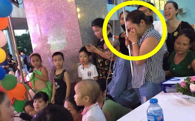 Mẹ cầm cây truyền nước, bưng mặt khóc nhìn con trai nhỏ háo hức dự tiệc Trung thu tại BV-1