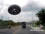 Thanh chắn tự động đâm vỡ kính ôtô do tài xế cài nhầm số-1