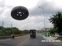 Xe con đang phóng vù vù trên đường, tự nhiên một chiếc lốp bay tới đập vỡ kính