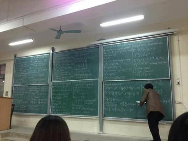 Ngày đầu đi học đã gặp cảnh tượng 6 bảng đen full kín chữ, tân sinh viên Bách khoa than thở: Đi học hết mình, chép bài hết hồn-1