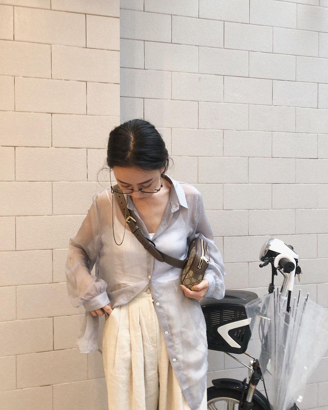 """Mấy nàng sành điệu lại phát minh thêm một kiểu diện áo sơ mi: Mở toang vài cúc dưới để trông thật ăn chơi""""-4"""