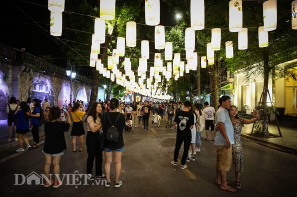 Ảnh: Phố bích họa Phùng Hưng lung linh bởi hàng trăm đèn trung thu-2