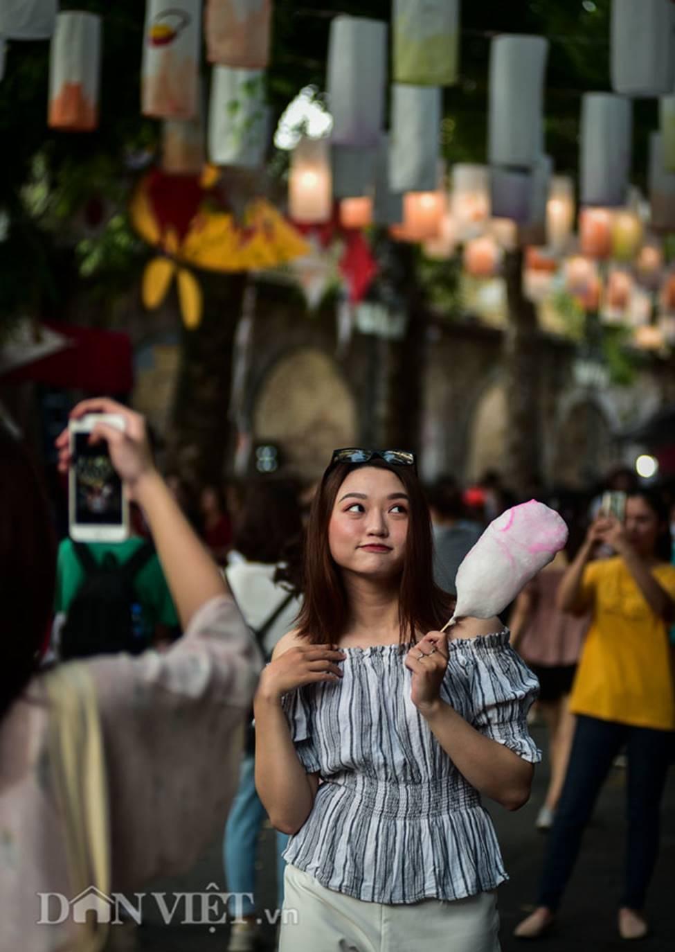 Ảnh: Phố bích họa Phùng Hưng lung linh bởi hàng trăm đèn trung thu-6