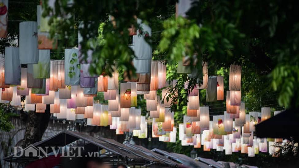 Ảnh: Phố bích họa Phùng Hưng lung linh bởi hàng trăm đèn trung thu-8