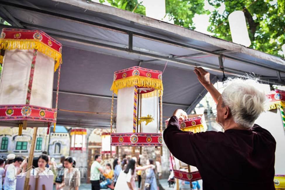 Ảnh: Phố bích họa Phùng Hưng lung linh bởi hàng trăm đèn trung thu-11