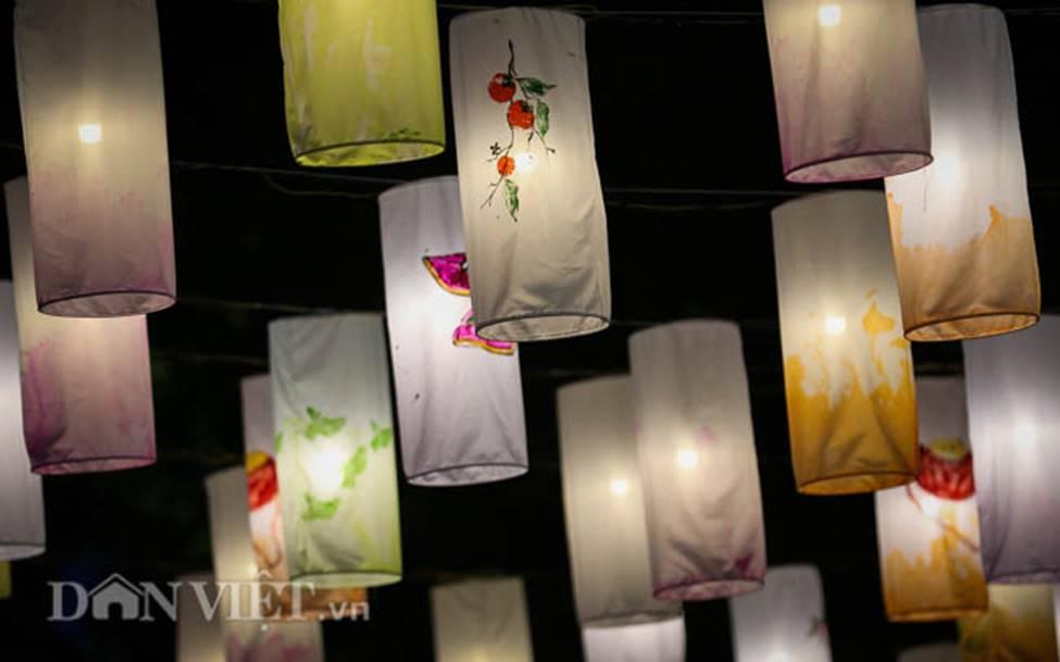 Ảnh: Phố bích họa Phùng Hưng lung linh bởi hàng trăm đèn trung thu-12