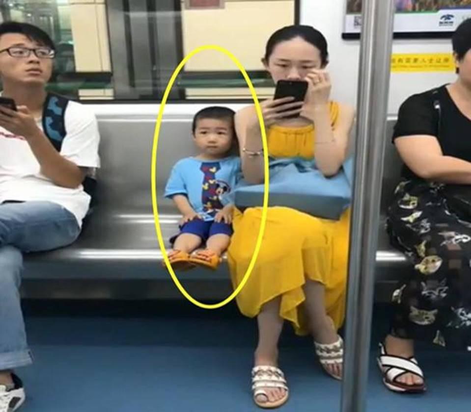 Ai cũng đoán đây là đứa trẻ ngoan, được giáo dục tốt chỉ vì biểu hiện này khi ngồi cạnh mẹ-1