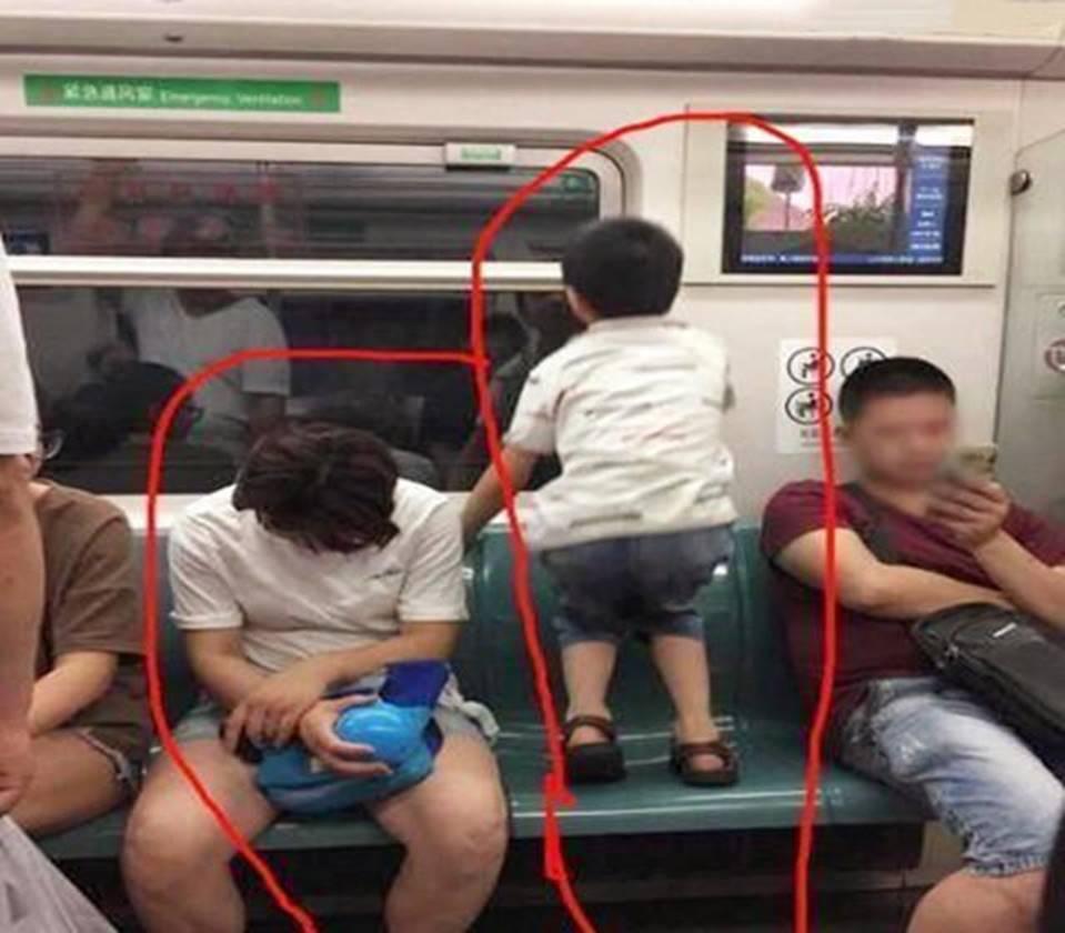 Ai cũng đoán đây là đứa trẻ ngoan, được giáo dục tốt chỉ vì biểu hiện này khi ngồi cạnh mẹ-2