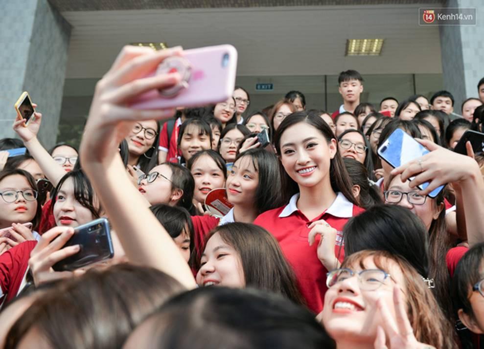Hoa hậu Lương Thùy Linh đẹp xuất sắc trong ngày khai giảng Ngoại thương, khẳng định chưa có ý định Nam tiến để tập trung cho học tập-10