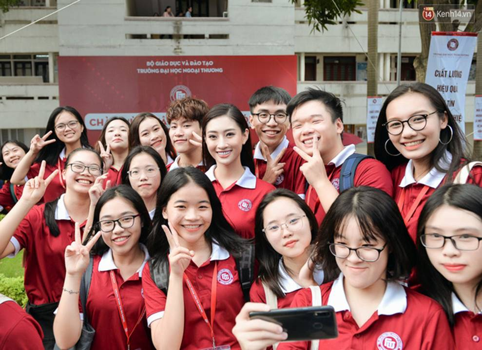 Hoa hậu Lương Thùy Linh đẹp xuất sắc trong ngày khai giảng Ngoại thương, khẳng định chưa có ý định Nam tiến để tập trung cho học tập-11