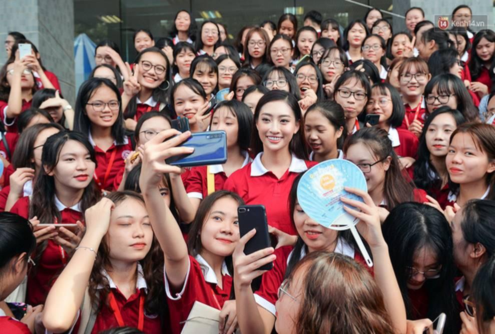 Hoa hậu Lương Thùy Linh đẹp xuất sắc trong ngày khai giảng Ngoại thương, khẳng định chưa có ý định Nam tiến để tập trung cho học tập-9