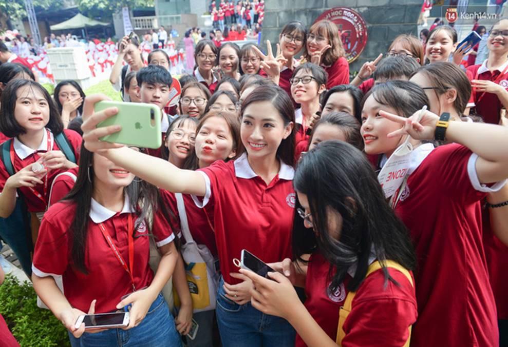 Hoa hậu Lương Thùy Linh đẹp xuất sắc trong ngày khai giảng Ngoại thương, khẳng định chưa có ý định Nam tiến để tập trung cho học tập-12